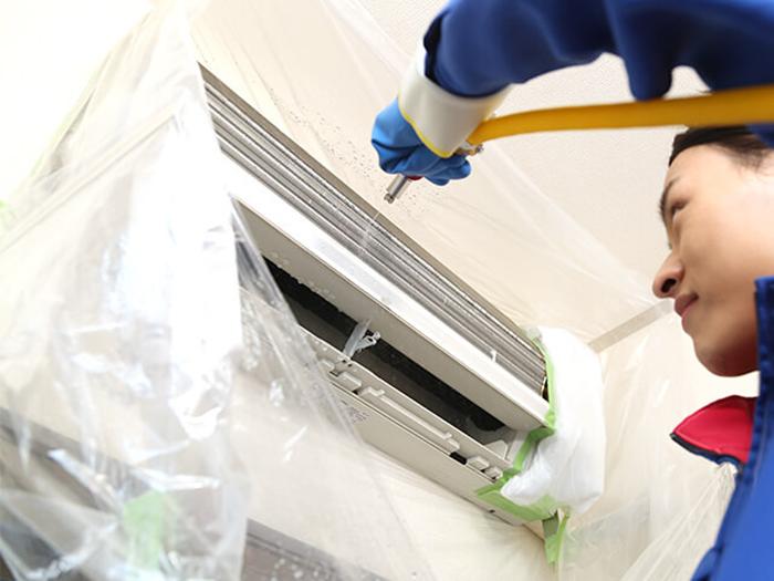 専用機材を使用したエアコンクリーニング